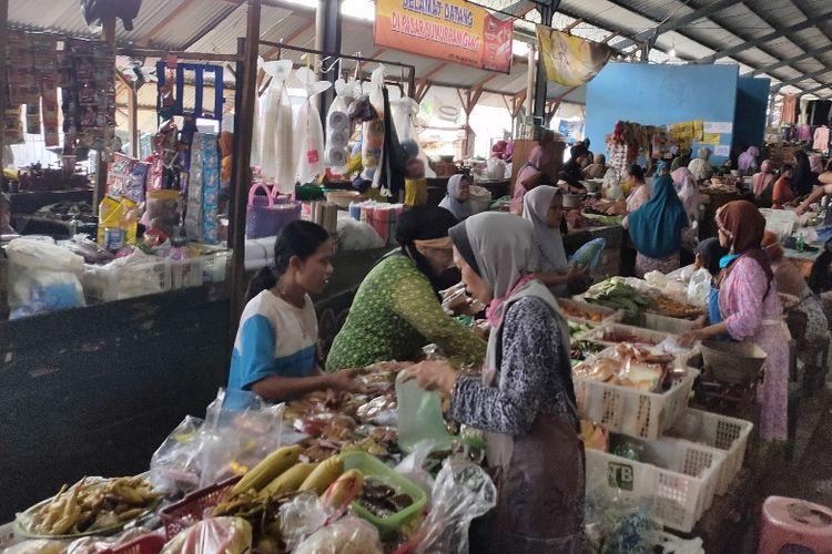 Aktivitas jual beli di Pasar Sumurpanggang Kota Tegal, Jawa Tengah mengabaikan jarak fisik di tengah penerapan new normal, Senin (15/6/2020)