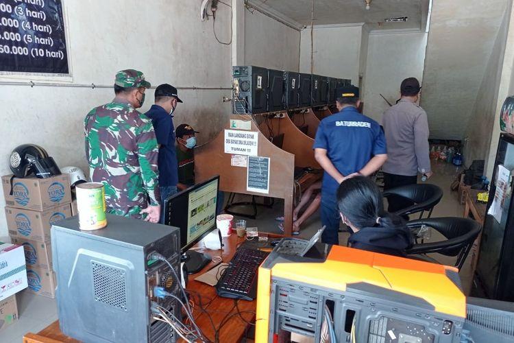 Satgas Covid-19 Kecamatan Baturraden, Banyumas, Jawa Tengah melakukan penutupan warung internet dalam rangka Pemberlakuan Pembatasan Kegiatan Masyarakat (PPKM) Darurat Covid-19, Sabtu (3/7/2021).