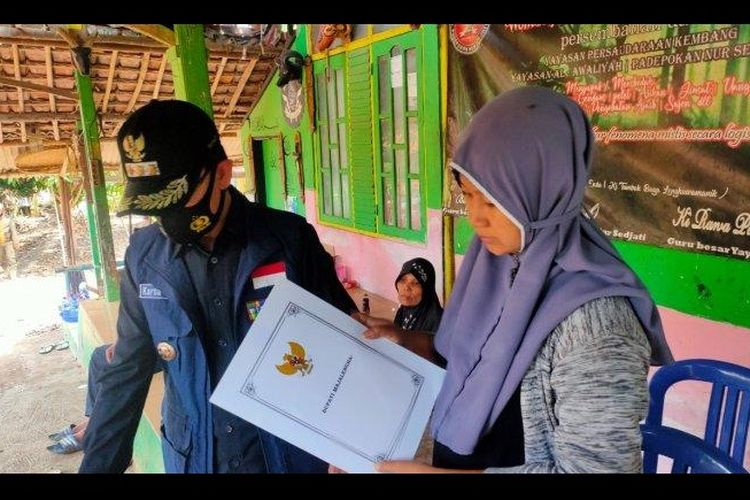 Bupati Majalengka Karna Sobahi memberikan santunan kepada istri dari Suhenda yang menjadi korban dalam peristiwa pengeroyokan di kawasan lahan tebu PG Jatitujuh.