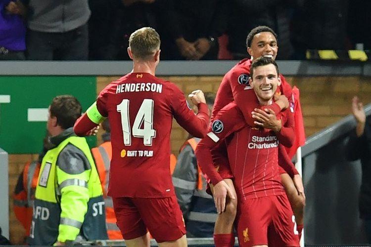 Andrew Robertson merayakan golnya bersama Trent Alexander-Arnold dan Jordan Henderson pada pertandingan Liverpool vs Salzburg di Stadion Anfield dalam lanjutan Liga Champipns, 2 Oktober 2019.