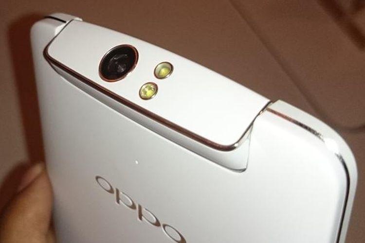Bagian atas Oppo N1 dilengkapi dengan kamera putar