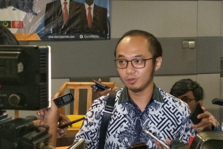 Direktur Eksekutif Charta Politika Yunarto Wijaya seusai memaparkan hasil survei Pilpres dan Pileg 2019, di kawasan Senayan, Jakarta, Rabu (6/6/2018).