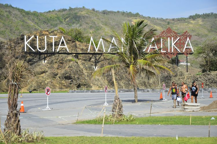 Sejumlah wisatawan berada di Kawasan Ekonomi Khusus (KEK) Mandalika di Pantai Mandalika, Kuta, Praya, Lombok Tengah, NTB, Selasa (10/10/2017).