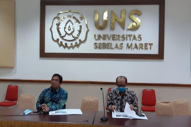 Rektor UNS Solo Jamal Wiwoho (kiri) memberikan keterangan pers pengumuman hasil SBMPTN 2020 di UNS Solo, Jawa Tengah, Jumat (14/8/2020).
