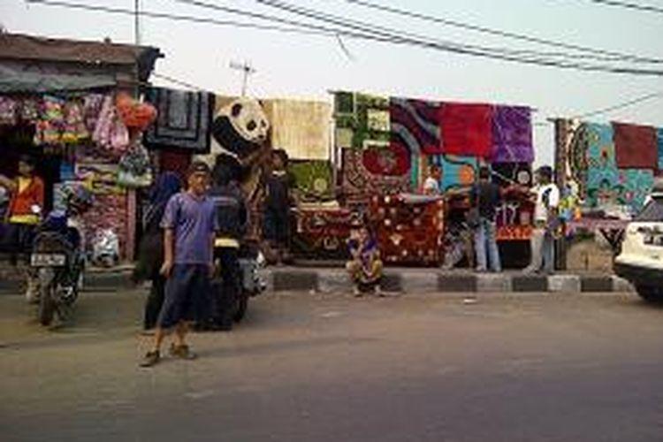Pedagang kaki lima Pasar Gembrong, Jakarta Timur, kembali berjualan di pinggir jalan pada hari Sabtu dan Minggu. Mereka tetap berjualan walaupun Satpol PP dan Polisi berjaga di lokasi pedagang kaki lima Pasar Gembrong, Sabtu (21/9/2013).
