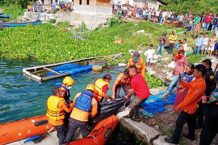 Tim Rescue Pos SAR Parapat mengevakuasi Bornok Pandapotan Lumbantoruan yang tewas usai memberi makan ikan di perairan Danau Toba, Kamis (15/10/2020)
