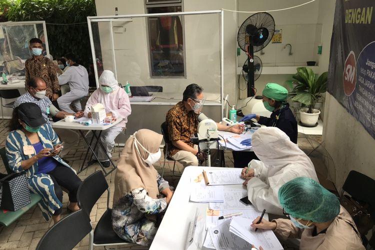 Proses skrining kesehatan calon peserta vaksinasi Covid-19 untuk lansia di Puskesmas Mampang Prapatan, Jakarta Selatan pada Kamis (25/2/2021) sore.
