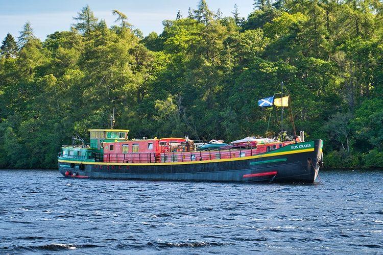 Ilustrasi kapal pesiar - Hotel kapal pesiar atau hotel barge.