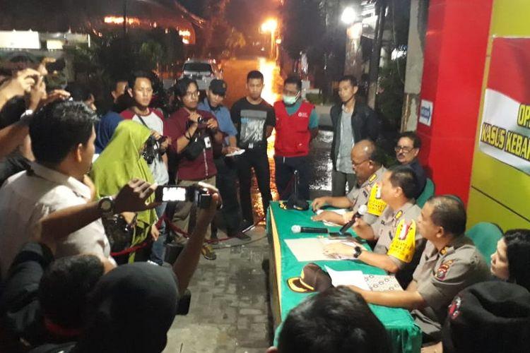 Kabid Humas Polda Sumatera Utara,  Kombes Pol Tatan Dirsan Atmadja saat memberikan keterangan di RS Bhayangkara Medan. Selain tersangka yang bertambah satu, terungkap bahwa mandor yang diduga menggembok pintu depan juga menjadi korban tewas.