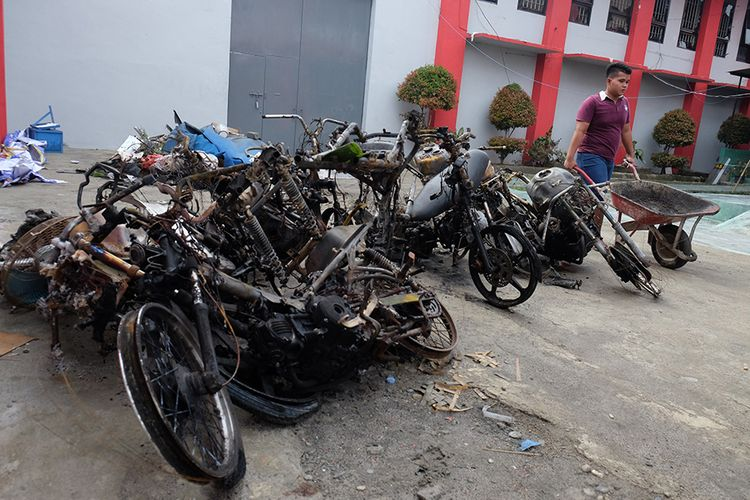 Seorang narapidana membawa alat pengangkut saat membersihkan lokasi Lapas Narkotika Kelas III Langkat yang rusak pasca-kerusuhan, di Langkat, Sumatera Utara, Jumat (17/5/2019). Akibat kerusuhan tersebut sejumlah ruangan rusak, tiga mobil dan 13 sepeda motor petugas hangus terbakar,154 narapidana melarikan diri, 103 di antaranya berhasil ditangkap dan menyerahkan diri.