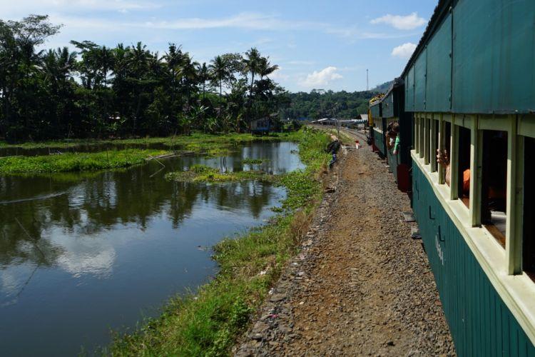 Pemandangan dari atas kereta wisata di Museum Kereta Api Ambarawa, Jawa Tengah. Kereta api ini akan membawa anda menikmati lanskap kota Ambarawa dari stasium yang terletak di dalam museum menuju Stasiun Tuntang.