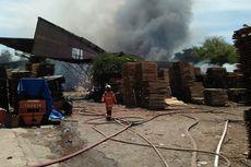 Pabrik Pengolahan Kayu di Gresik Terbakar, Bangunan sampai Ambruk