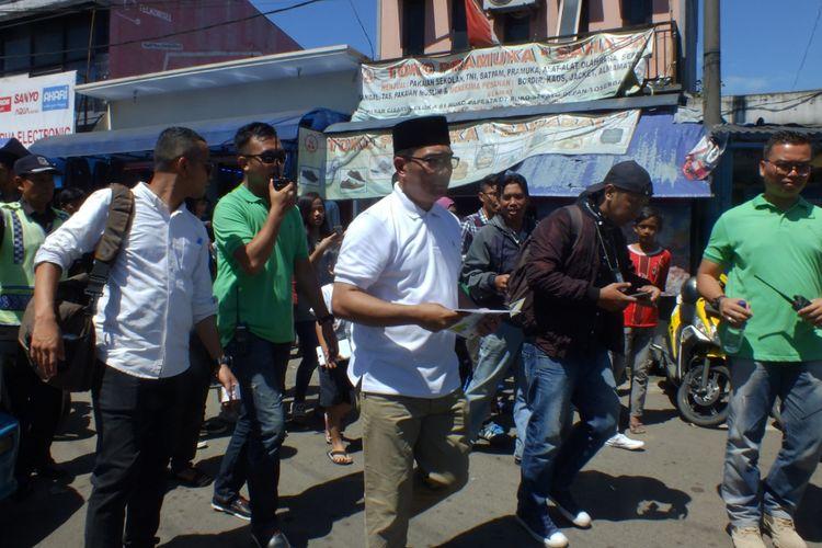 Calon gubernur Jawa Barat, Ridwan Kamil, saat melakukan kampanye ke wilayah Pasar Cisarua, Puncak, Bogor, Jawa Barat, Kamis (15/3/2018).