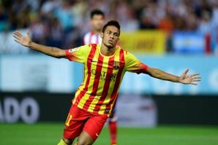 Penyerang Barcelona, Neymar, merayakan golnya usai membobol gawang Atletico Madrid pada leg pertama Piala Super Spanyol. Berkat gol Neymar tersebut, Barcelona berhasil memaksa Atletico bermain imbang 1-1.
