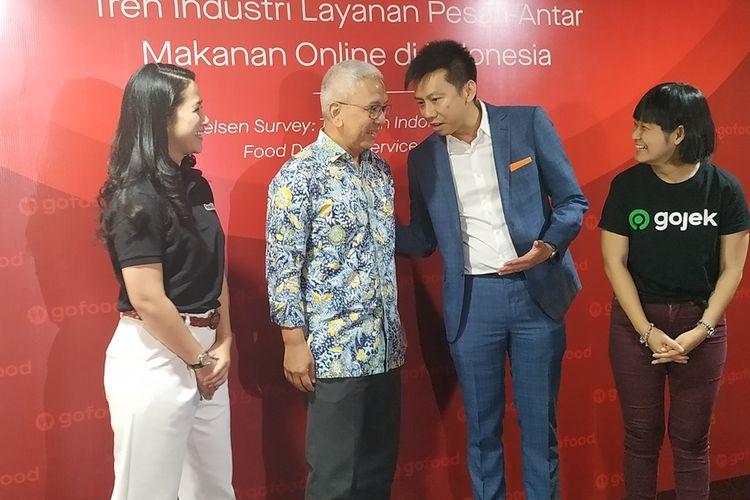 Chief Food Officer Gojek Group, Catherine Hindra Sutjahyo (kanan) dan Executive Director of Consumer Insight Nielsen Singapura, Garick Kea (kedua kanan) memberikan penjelasan dalam sebuah diskusi di Jakarta, Kamis (19/9/2019).