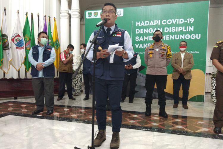 Gubernur Jawa Barat Ridwan Kamil saat menghadiri konferensi pers di Gedung Sate, Jalan Diponegoro, Kota Bandung, Senin (14/12/2020).