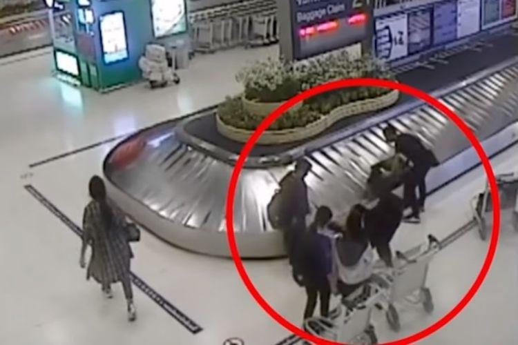 Aksi penculikan di Bandara Suvarnabhumi di Bangkok, Thailand, terekam kamera pengawas. (YouTube/ The AIO Entertainment)