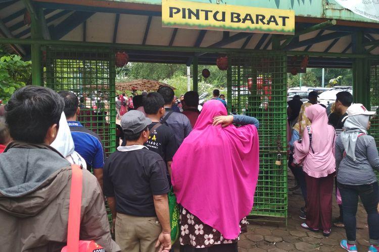 Pengunjung Taman Margasatwa Ragunan mengantri didepan Pintu Masuk