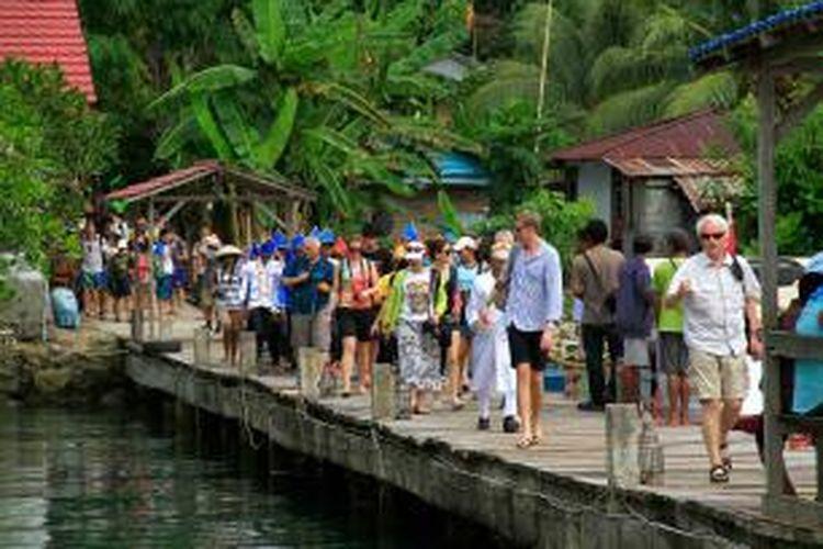 Sejumlah wisatawan asing saat berkunjung di desa wisata Bahoi, Minahasa Utara, Sulawesi Utara.