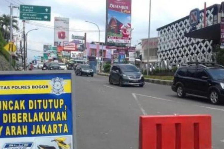 Polres Bogor memberlakukan satu arah dari Puncak ke Jakarta, Minggu (27/12/2015)
