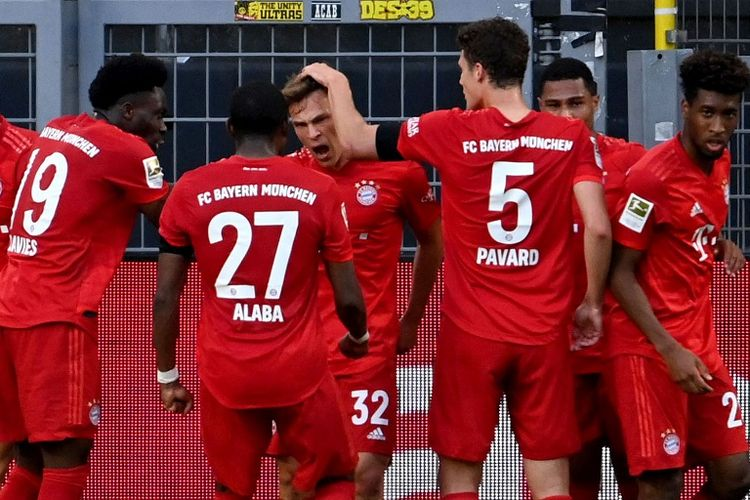 Gelandang Bayern Muenchen Joshua Kimmich (tengah) berselebrasi dengan rekan setimnya dalam pertandingan Bundesliga antara Borussia Dortmund vs Bayern Muenchen pada 26 Mei 2020 di Dortmund, Jerman.