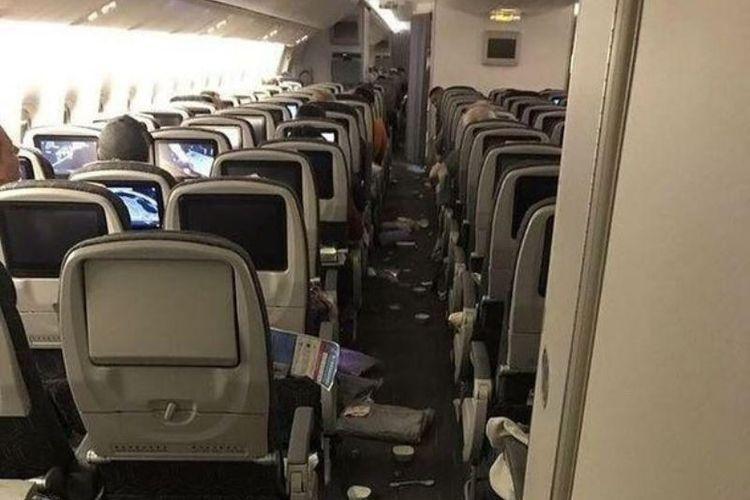 Suasana kacau juga terlihat di kabin Eva Air penerbangan dari Taipei menuju Chicago usai terkena turbulensi.