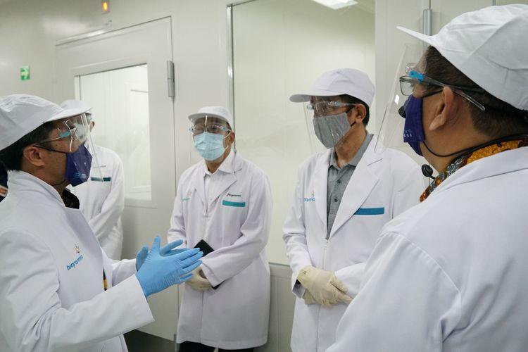 Presiden Joko Widodo meninjau fasilitas dan kapasitas produksi vaksin Covid-19 di Bio Farma.