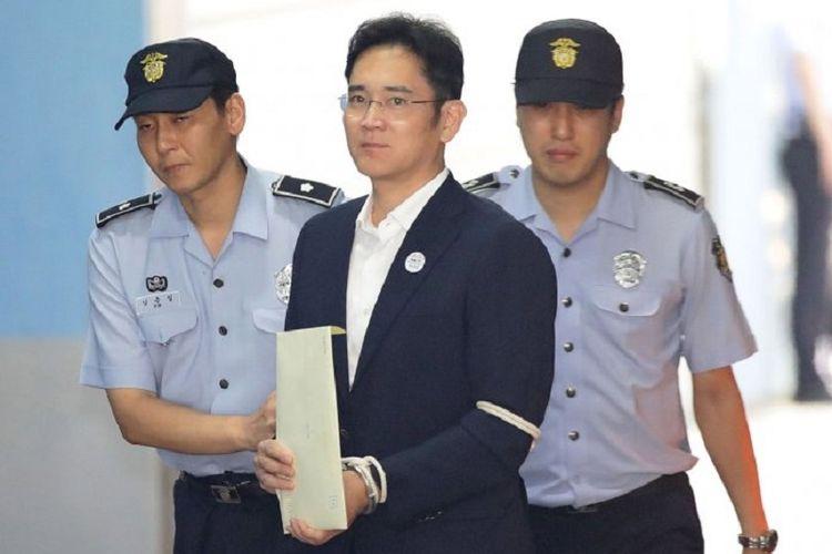 Pewaris Samsung Lee Jae-yong tiba di Pengadilan Seoul, Jumat (28/8/2017), menjelang pembacaan vonis perkaranya