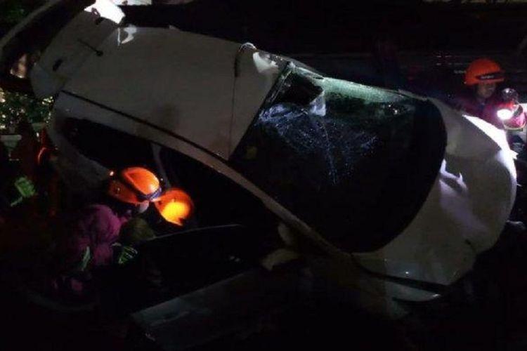 Sebuah mobil berplat nomor D 210 ICA tertabrak kereta api saat melintasi perlintasan kereta api Jalan Sumatera, Kota Bandung, Jumat (12/4/2019).