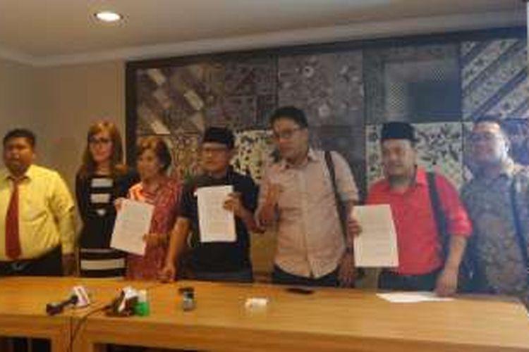 Yasasan Satu Keadilan, Serikat Perjuangan Rakyat Indonesia (SPRI) dan empat warga negara dalam konferensi pers di bilangan Cikini, Jakarta Pusat, Minggu (10/7/2016). Mereka berencana menggugat Undang-Undang Pengampunan Pajak (Tax Amnesty) ke Mahkamah Konstitusi usai UU tersebut diteken oleh Presiden Joko Widodo.