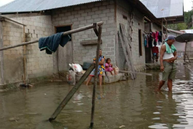 Banjir pasang merendam puluhan rumah warga di Dusun Uhe, Desa Iha, Kabupaten Seram Bagian Barat, Maluku, Kamis (4/3/2021)