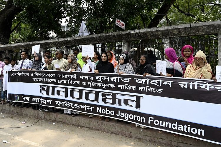 Massa aksi demonstrasi menuntut keadilan atas kasus pembunuhan siswi Nusrat Jahan Rafi yang dibakar karena melaporkan kasus pelecehan seksual yang menimpa dirinya.