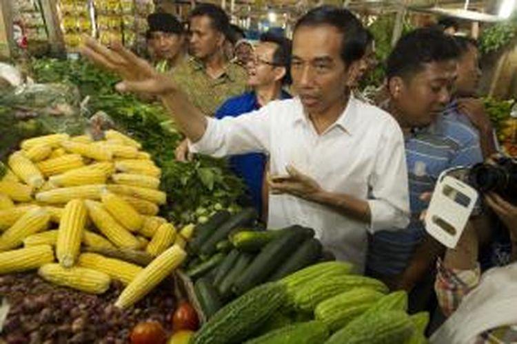Kandidat calon presiden dari Partai Demokrasi Indonesia Perjuangan (PDI-P), Joko Widodo, melakukan kampanye dengan mengunjungi Pasar Cipanas, Cianjur, jawa Barat, Sabtu (29/3/2014). Pria yang akrab disapa Jokowi meminta kepada masyarakat agar memberikan dukungan kepada PDI-P sekaligus turut mengawasi pelaksanaan Pemilu 2014. KOMPAS IMAGES/VITALIS YOGI TRISNA