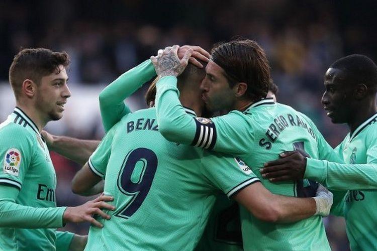 Karim Benzema dari Real Madrid CF merayakan gol kedua mereka bersama rekan setimnya Federico Valverde, Sergio Ramos dan Ferland Mendy selama pertandingan Liga antara Real Madrid CF dan RCD Espanyol di Estadio Santiago Bernabeu