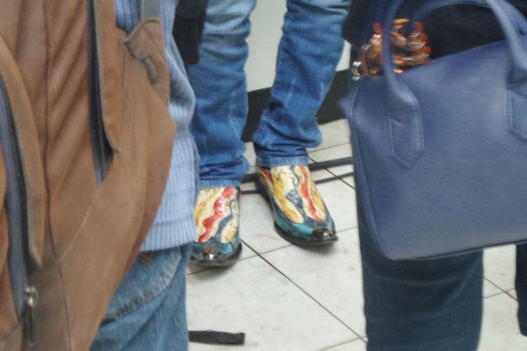 Sepatu boots dengan motif warna-warni yang dikenakan dosen Fakultas Ilmu Hukum Universitas Sumatera Utara, Mahmud Mulyadi, di Pengadilan Negeri Jakarta Selatan, Selasa (12/12/2017).