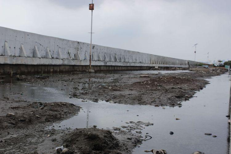 Genangan air laut yang disebabkan oleh robohnya tanggul NCICD di Pelabuhan Perikanan Nizam Zachman, Muara Baru, Penjaringan, Jakarta Utara, Kamis (5/12/2019). Tanggul ini roboh karena pada Selasa sore (3/12/2019) terjadi hujan dan muka ar laut naik.