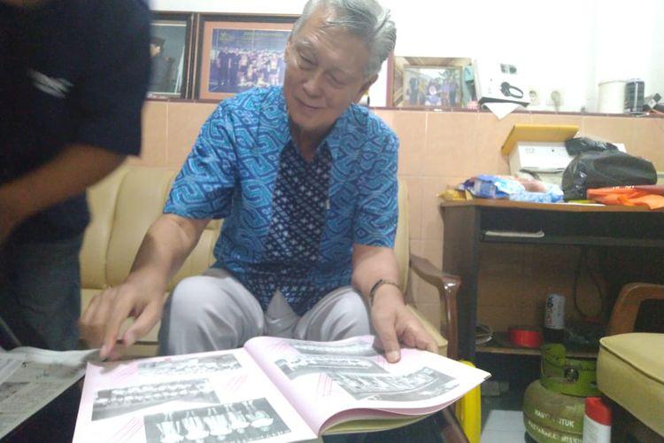 Iwan Natawidjaja, mantan guru Chung Hua School saat menceritakan tentang Hung Xiqiu di rumahnya.