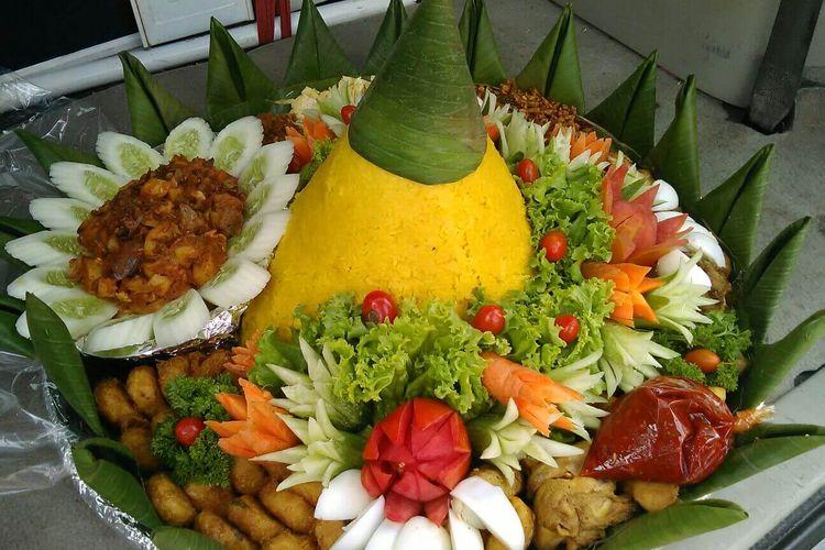 Nasi Tumpeng Kuning biasa selalu disajikan setiap ada perayaan.