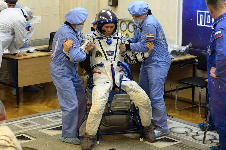 Anggota International Space Station (ISS) ekspedisi 53/54, Norishige Kanai dari Japan Aerospace Exploration Agency (JAXA), saat mengenakan baju antariksawan di Baikonur Cosmodrome, Kazakhstan, 17 Desember 17, 2017.