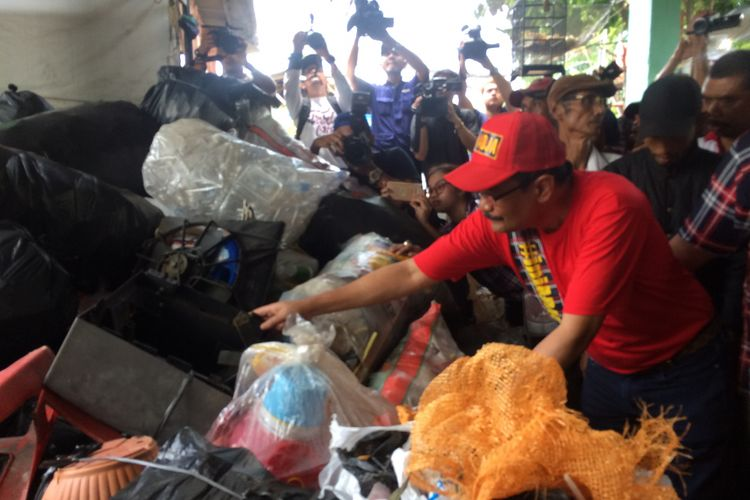 Cawagub DKI Jakarta Djarot Saiful Hidayat saat kunjungan ke Bank Sampah RW 03, Malakasari, Jakarta Timur, Kamis (6/4/2017).