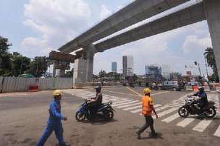 Jalan layang transjakarta Koridor XIII Kapten Tendean-Blok M-Ciledug dan jalur kereta massal cepat (MRT) di Jalan Trunojoyo tengah dalam proses pembangunan. Jalur perpindahan penumpang antara halte transjakarta dan stasiun MRT diperlukan untuk mempermudah konektivitas antarmoda angkutan massal.