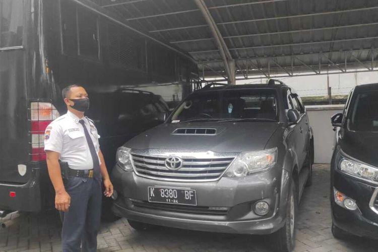 Petugas Kejari Grobogan, Jawa Tengah menunjukkan barang sitaan, mobil Toyota Fortuner milik Kusdi, tersangka mark up anggaran pengadaan lahan Perum Bulog di Desa Mayahan, Kecamatan Tawangharjo, Minggu (31/1/2021).