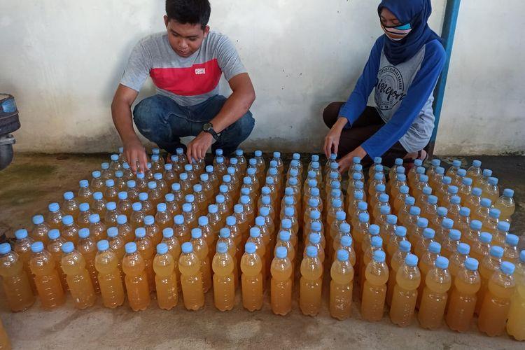Mahasiswa dengan pupuk cair organik dari Pasar Pagi, Pangkalpinang.