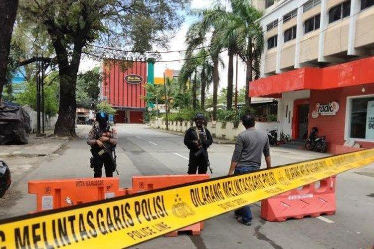Lokasi ledakan diduga bom bunuh diri di Gereja Katedral, Jl Kajaolalido, Makassar, saat ini telah dipasangi garis polisi, Minggu (28/3/2021) siang.