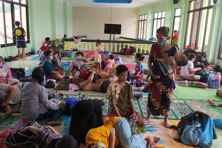 Suasana lantai 2 sebuah masjid di Kampung Melayu, Jakarta Timur, Senin (8/2/2021)