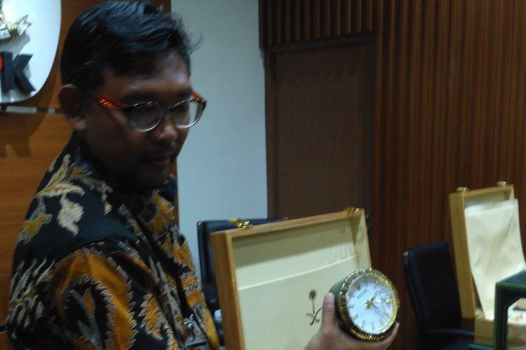 Direktur Gratifikasi KPK Giri Suprapdiono memajang barang laporan gratifikasi dari pemberian kunjungan kenegaraan Kerajaan Arab Saudi, Jakart, Kamis (16/3/2017)
