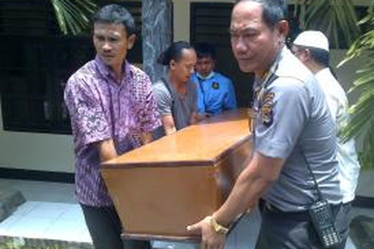 Peti jenazah Ahmad Bin Suri (52) pria warga negara asing (WNA) asal Singapura yang tewas dianiaya di Mataram.