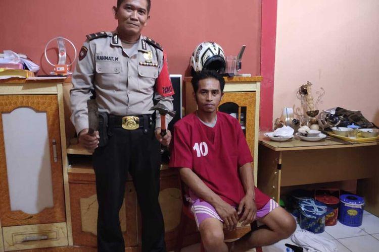 Pentiko Aji Priyono alias Iko (34) pelaku penganiayaan istri hingga nyaris tewas saat diamankan di Polsek Ilir Barat I Palembang, Rabu (8/4/2020).