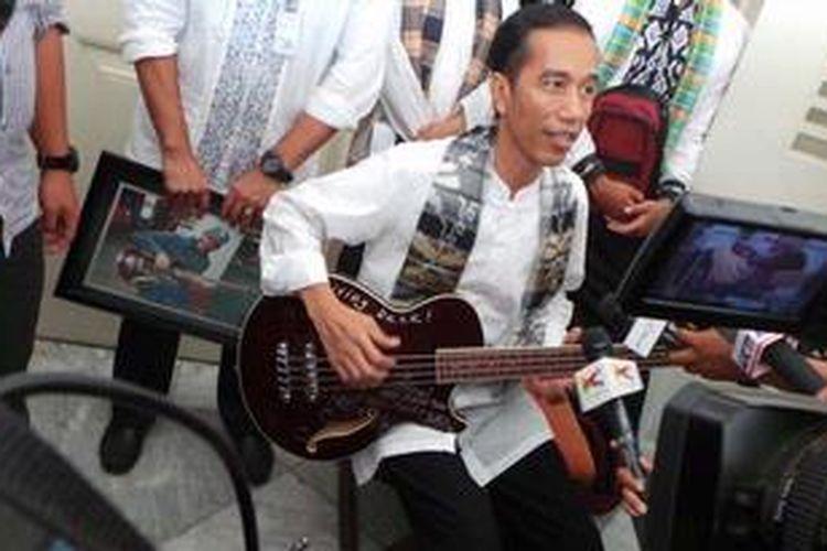 Gubernur DKI Jakarta, Joko Widodo atau Jokowi, di Balaikota Jakarta, Jumat (3/5/2013), memamerkan bas hadiah dari Robert Trujillo, pemain bas Metallica, band heavy metal dari AS.