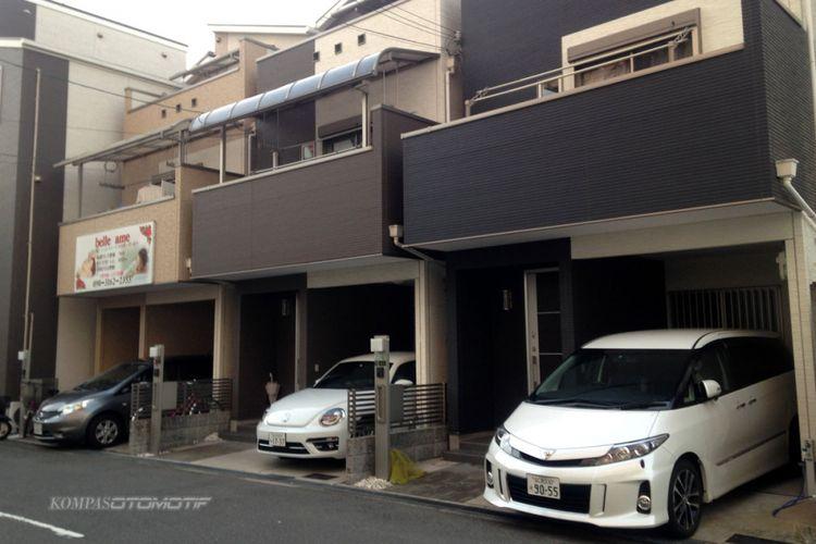 Rata-rata satu rumah satu mobil di Jepang dan parkir di garasi sendiri atau di tempat penyewaan.